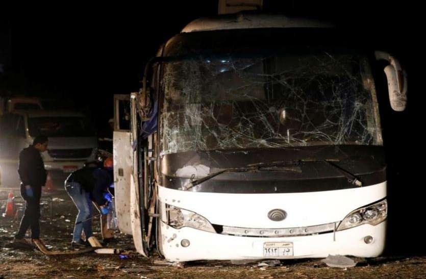 मिस्र में गीजा पिरामिड के पास पर्यटकों की बस पर हमला, 4 लोगों की मौत