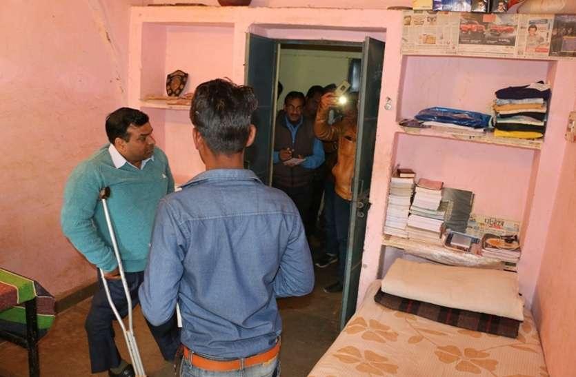 छात्रों के कमरों में लटक रहीं बिजली केबिल और टूटे पड़े शौचालय, अधीक्षक गायब