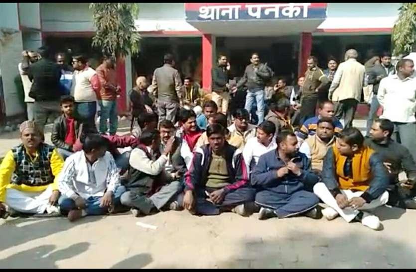 दरोगा ने भाजपा नेता को पीटा, कार्यकर्ताओं ने थाने को घेरा