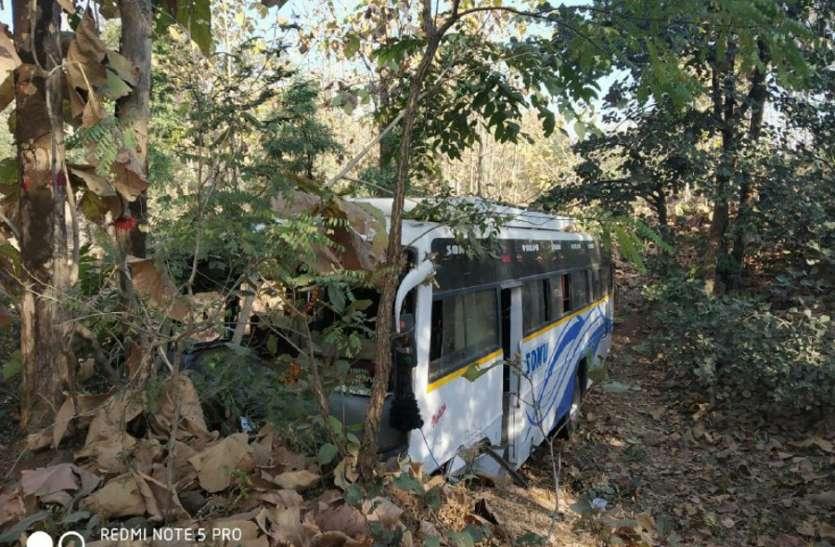 video: भोपाल से सारणी आ रही निजी बस अनियंत्रित होकर नाले में घुसी, 13 यात्री घायल