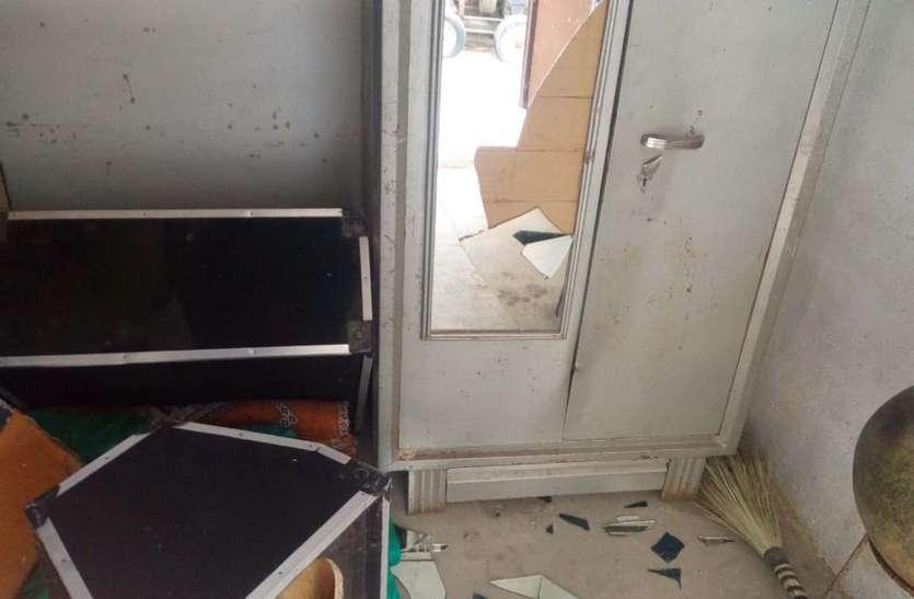 चोरों ने दुकान को ऐसे बनाया निशाना और डेढ़ लाख का सामान किया पार...