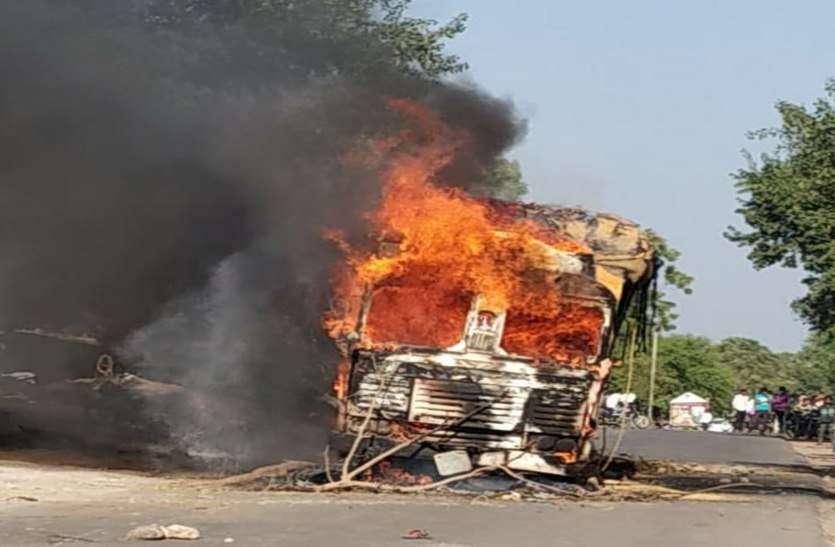 ट्रक की टक्कर से महिला और बच्ची की मौत, नाराज ग्रामीणों ने फूंका ट्रक, देखिए वीडियो