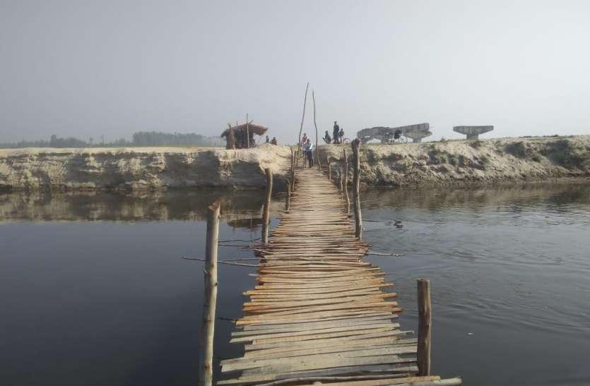 यूपी में सिस्टम रहा खामोश तो ग्रामीणों ने नदी पर खुद बना डाला पुल