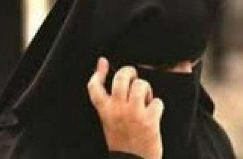 ससुर की शिकायत करना महिला को पड़ा भारी, पति ने फोन पर ही दे दिया तीन तलाक