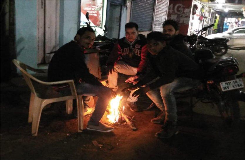 अलाव के लिए नेताओं के घर डाल रहे लकड़ी, शहर में लोग हो रहे परेशान