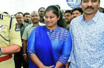 महिला कांस्टेबल ने मासूम बच्ची को कराया स्तनपान, विभाग के अफसरों ने की तारीफ
