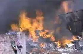 टेंट हाउस गोदाम में लगी आग, लाखों का सामान जलकर हुआ खाक, देखें वीडियो