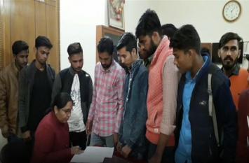 छात्रसंघ अध्यक्ष पर हमला करने वालों पर कार्रवाई की मांग, एसएफआई ने किया प्रदर्शन