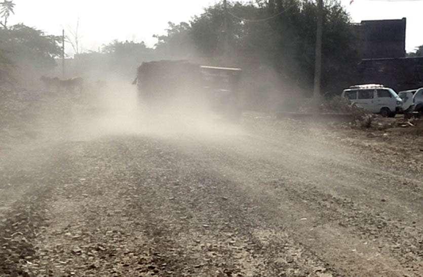 धूल के बवड़ंर में 'बेबस' है श्रद्धालु, कछुआ गति से चल रहा है सडक़ निर्माण का कार्य