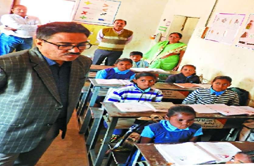 स्कूल व स्वास्थ्य केंद्रों में अचानक पहुंचे कलक्टर, बच्चों से ली उनकी पढ़ाई की जानकारी