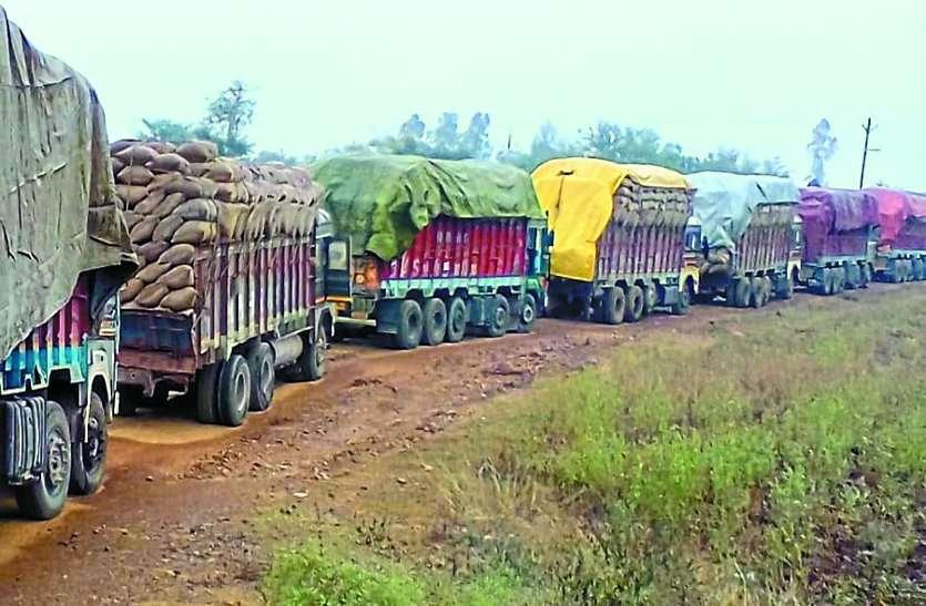 धान परिवहन ट्रकों को ओवरलोड की खुली छूट, हादसों के साथ सडक़ें भी जर्जर