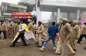 मोदी को पंद्रह लाख का चैक देने जा रहे कांग्रेसी गिरफ्तार