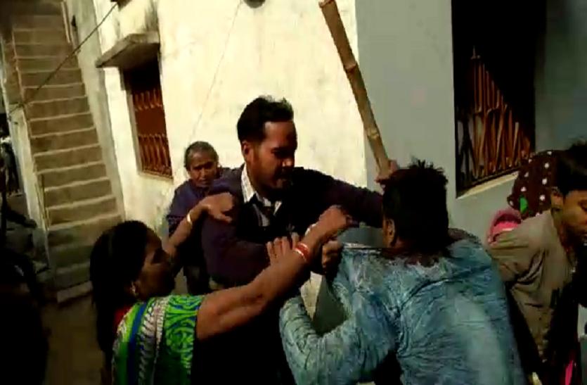 मकान खाली कराने को लेकर विवाद में जमकर चले लाठी- डंडे,  पिटाई का वीडियो वायरल