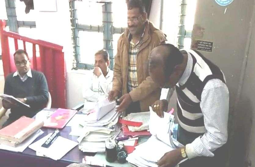 सैलाना में एसडीएम कार्यालय में बाबू तीन हजार रुपए की रिश्वत लेते गिरफ्तार