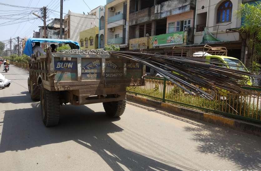नियमों की अनदेखी कर असुरक्षित तरीके से हो रहा लोहे के सरियों का परिवहन