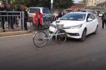 कार ने साइकिल सवार को मारी टक्कर, फिर जो हुआ उसे देखकर हैरान रह हो गए लोग