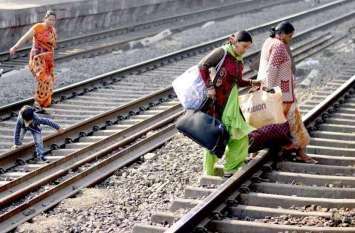 Photo Gallery :- देखें तस्वीर रायगढ़ रेलवे स्टेशन का, नियमो की अनदेखी कर जान जोखिम में डाल रहे है लोग