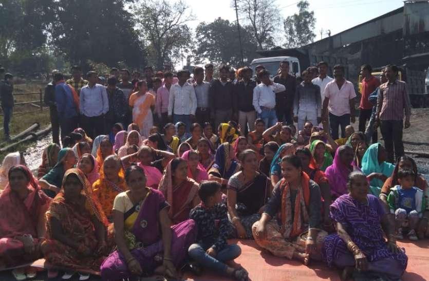 विरोध में महिलाओं ने रोका कोयला परिवहन