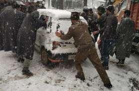 जम्मू-कश्मीर में बर्फबारी के चलते राष्ट्रीय राजमार्ग सहित कई रास्ते बंद,देश से कटी घाटी
