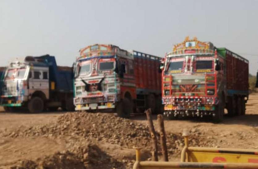 मनमानी रूप से रेत लेकर जा रहे थे पांच ट्रक, पुलिस ने पहुंचाया थाने