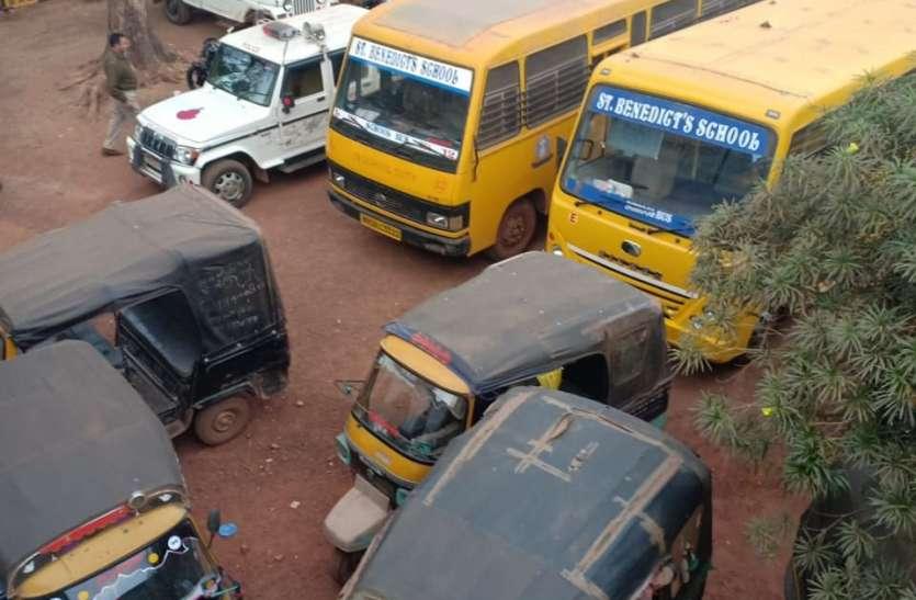 ट्रैफिक पुलिस ने जब्त कीं 5 स्कूल बसें व 7 ऑटो