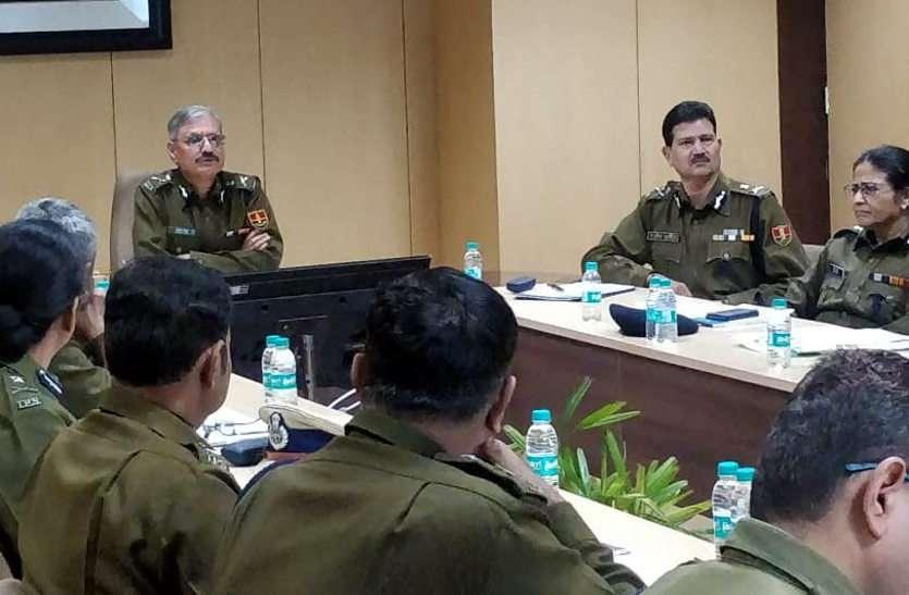 डीजीपी ने लगाई क्लास : थाने में बैठा अधिकारी बर्दाश्त नहीं, पैदल गश्त करो