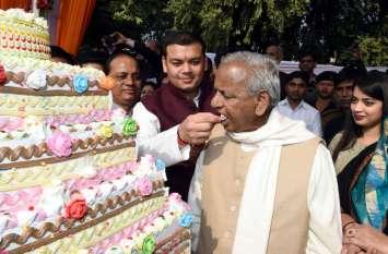 राज्यपाल ने जन्मदिन पर 87 किलो का केक काटा और 87 किलो की माला स्वीकारी