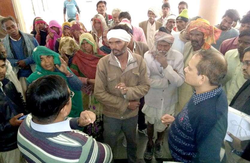 बिना नहाए कलेक्ट्रेट पहुंचे ग्रामीणों ने कहा गांव में पीने को नहीं है पानी