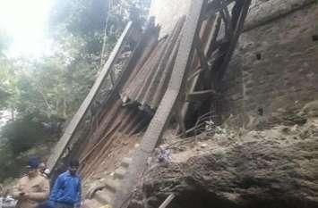 115 साल पुराना पुल ढहने से दो लोगों की मौत, प्रशासनिक लापरवाही का मामला आया सामने