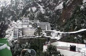 बर्फ की सफेद चादर में लिपटा मां वैष्णो देवी भवन