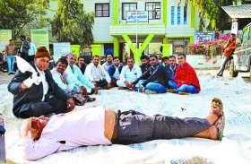 मंडी में किसानों के अटके 35 लाख रुपए, हंगामे के साथ सचिव को बनाया बंधक