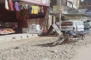 टेलीफोन कम्पनी ने लाइन बिछाने खोदी सड़क