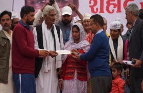 केजरीवाल ने शहीद रविन्द्र के परिवार को सौंपा 1 करोड़ रुपये का चेक