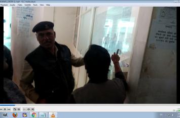 आधार कार्ड बनाने के लिए मांगे 50 रुपए, महिला ने कलेक्ट्रेट में किया हंगामा