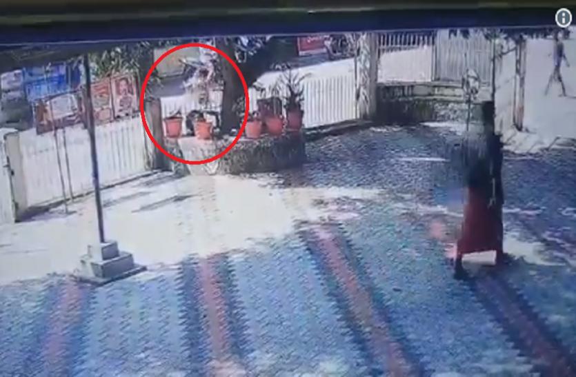 आरएसएस प्रचारक का वीडिया सोशल मीडिया पर वायरल, पुलिस थाने में फेंक रहे बम