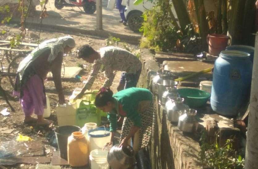 सर्दी में साइकिल से पानी लाकर नागरिक बुझा रहे प्यास