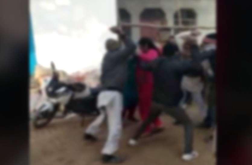 यूपी के इस शहर में दबंगों ने महिला को दौड़ा-दौड़ाकर इतना पीटा कि सरेआम उतर गए कपड़े, देखें वायरल वीडियो-
