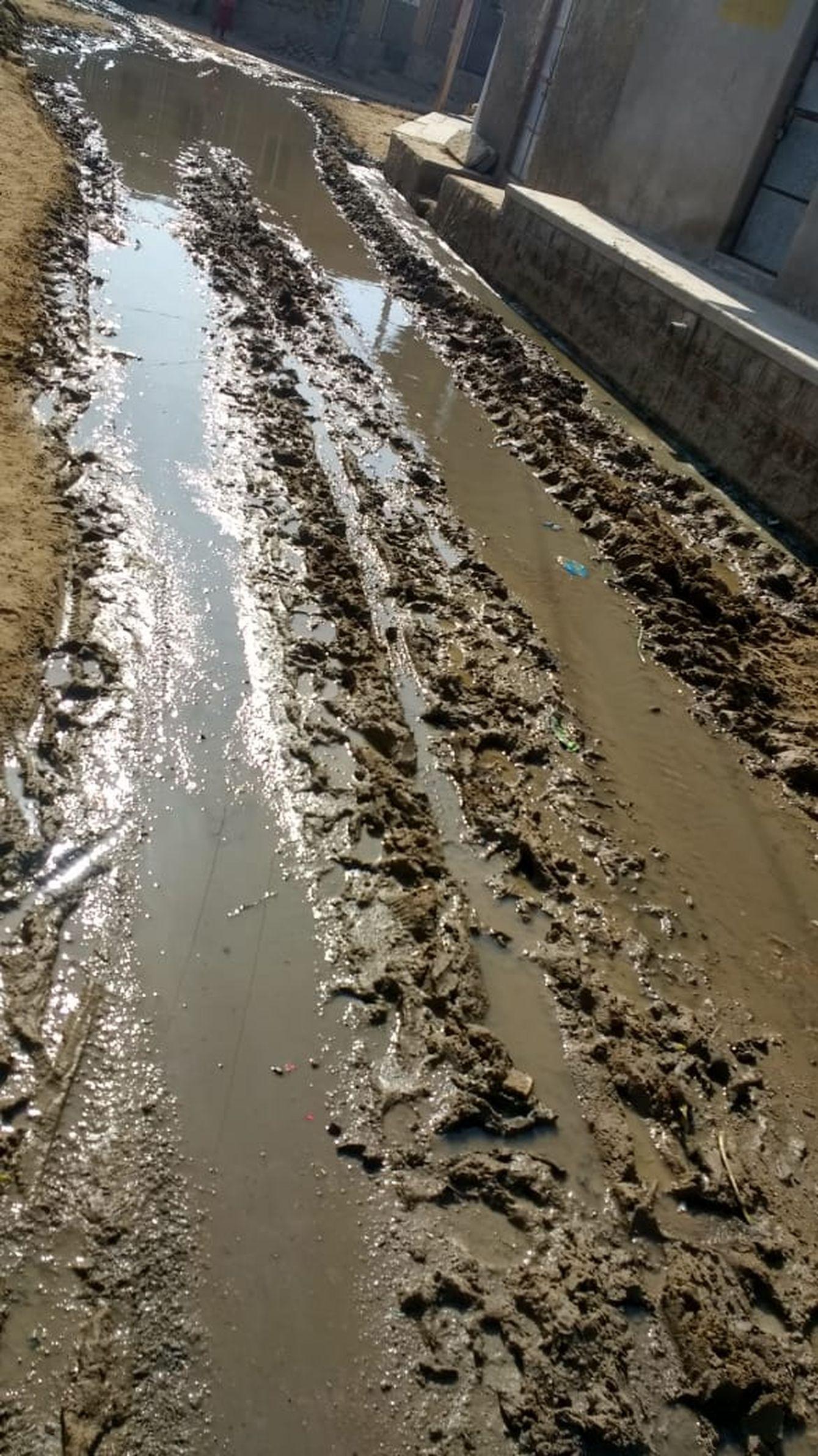 नई पेयजल लाइन अधूरी, पुरानी जर्जर, व्यर्थ बह रहा पानी, ग्रामीण परेशान