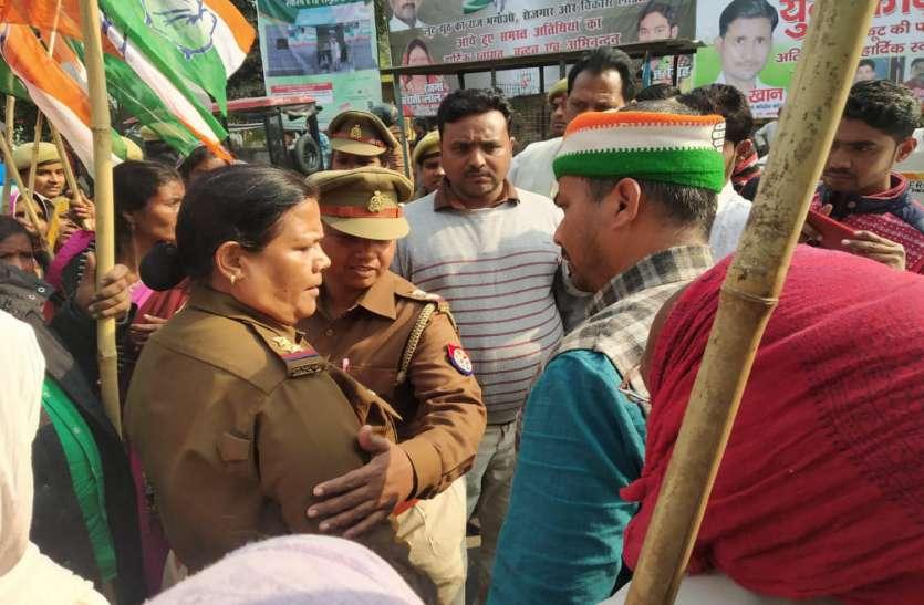 अन्ना प्रथा को लेकर कांग्रेस का हल्ला बोल, कार्यकर्ताओं की पुलिस से झड़प