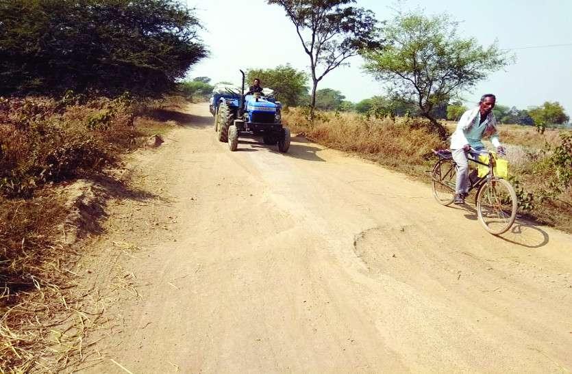 शिकायत के बाद भी भारी वाहनों पर नहीं लग रहा प्रतिबंध, बदहाल सडक़ पर खतरा