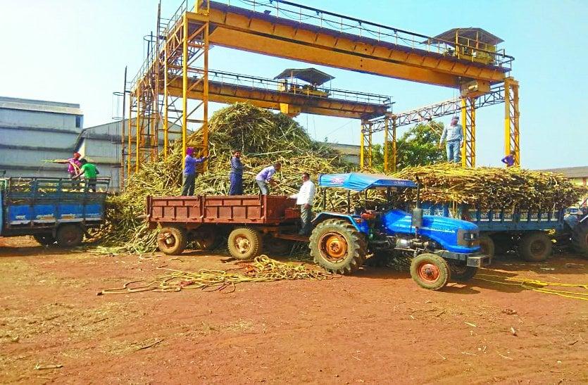 कारखाने में गन्ना लेकर पहुंचे 200 किसान कर रहे गाड़ी खाली करने का इंतजार