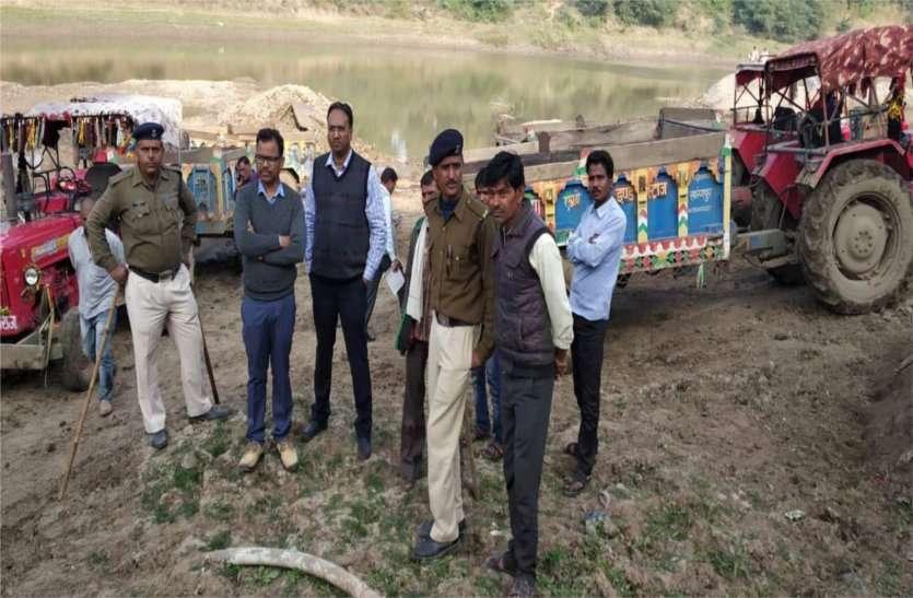 अधिकारियों ने नदी में चल रहे 5 ट्रेक्टर और एक पोकलेन को पकड़ा