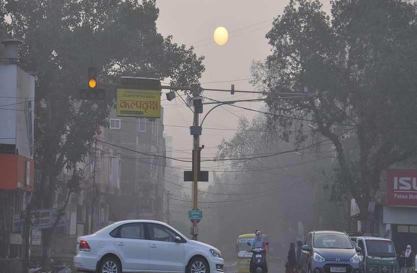 यहां सूरज पर धूंध की पहरेदारी, कोहरे की चादर में लिपटा शहर