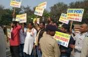 Video Gallery: कांग्रेसियों ने पूर्व मंत्री चंद्राकर के खिलाफ की जमकर नारेबाजी