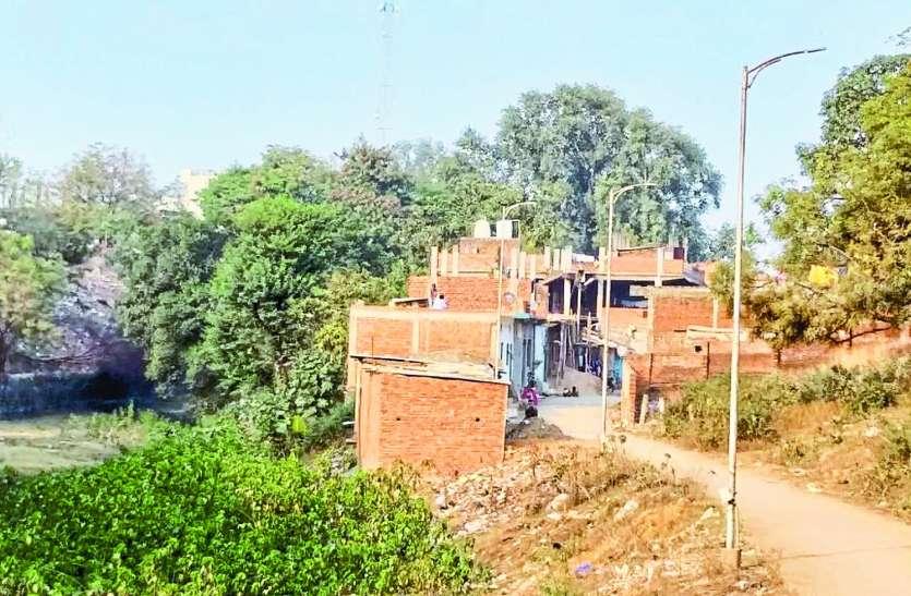 जिले में बेखौफ अतिक्रमण से संकुचित हो रहा सूखा नाला, प्रशासन की नहीं पड़ रही नजर