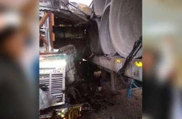 टैंकर ने खड़े ट्रक के मारी टक्कर, साइड़ मे सो रहा चालक हुआ घायल