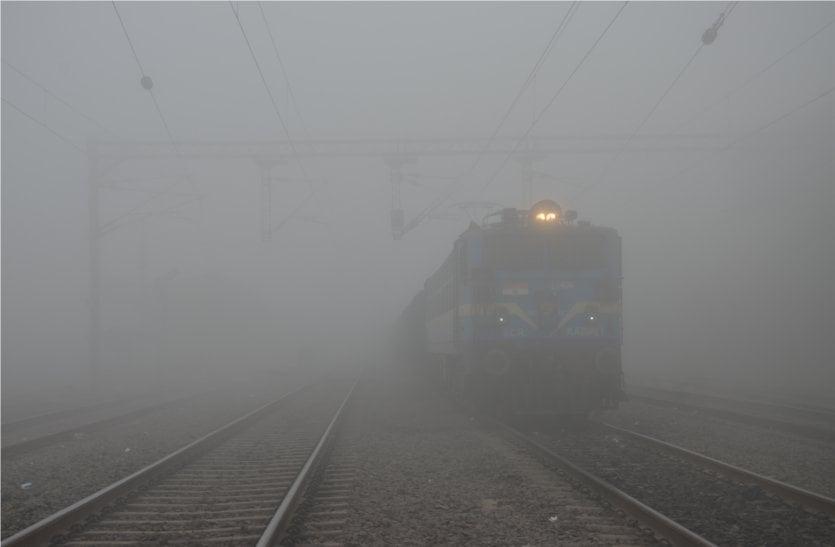 video: कोहरे की चादर से ढका शहर, धीमी हुई ट्रेनों की रफ्तार