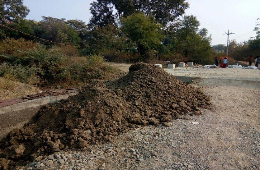 यहां काली मिट्टी से किया जा रहा था पुलिया का भराव, ग्रामीणों ने किया विरोध