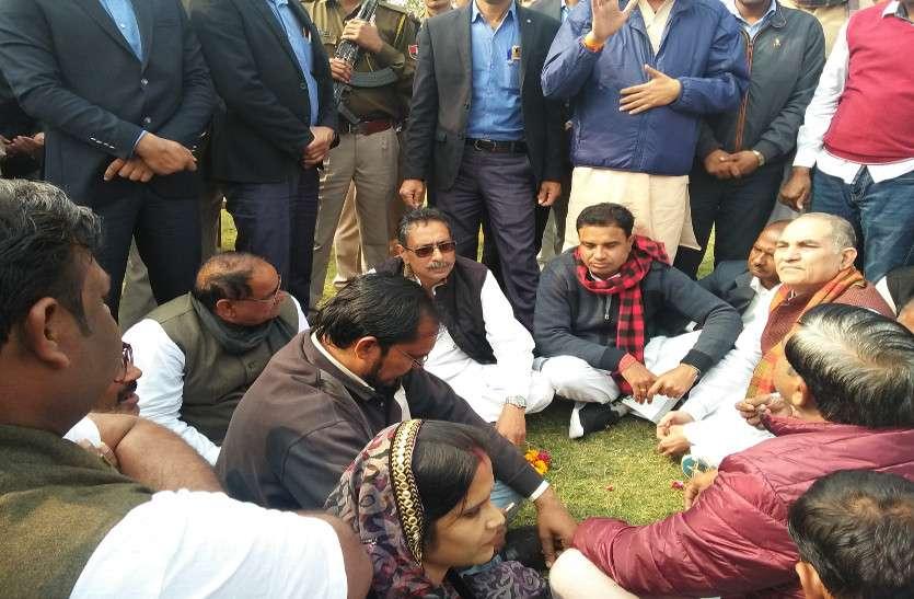 कांग्रेस सरकार के मंत्री विश्वेन्द्र सिंह ने जमीन पर बैठकर सुनी आमजन की समस्या, जनता को दिलाया ये विश्वास