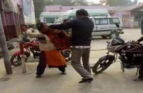 महिला के साथ बीच सड़क पर सरेआम अभद्रता, बुरी तरह पीटता रहा आरोपी, दीं गंदी-गंदी गालियां